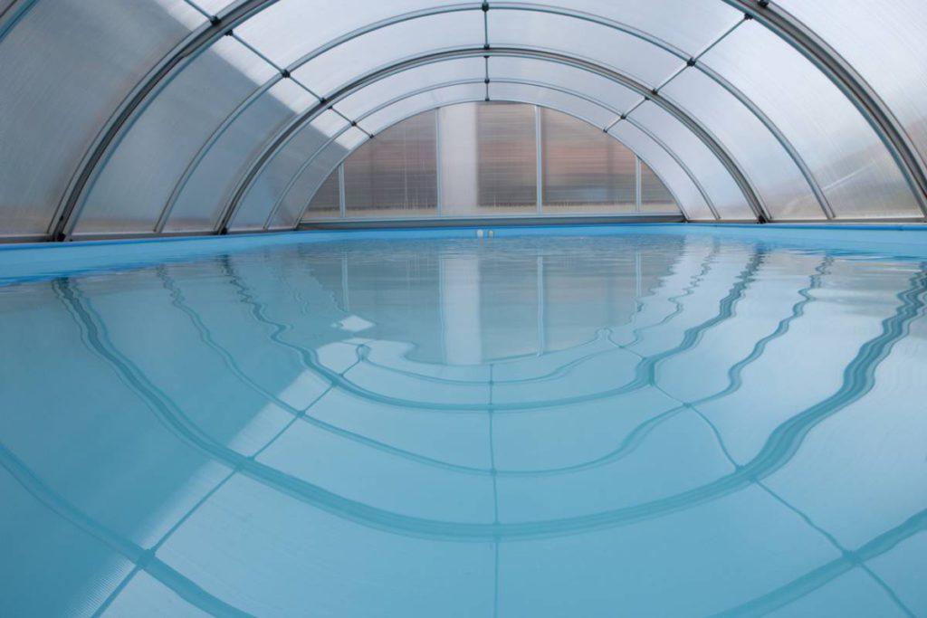 Une véranda de piscine vous permet de nager en toutes saisons. Faire construire un abri représente un investissement, mais les avantages à y gagner sont nombreux. Une véranda pour la piscine, adaptée à vos besoins Pour valoriser votre immeuble, vous pouvez demander un devis sur https://www.coverconcept.eu, votre véranda pour piscine personnalisée. Le fabricant s'engage à vous offrir des solutions en phase avec vos besoins en matière de confort, de sécurité et d'esthétisme. Ces dernières sont également conformes aux normes architecturales et adaptées à toutes les dimensions. Les solutions s'adressent aux professionnels et aux particuliers. Il y a la véranda pour piscine XXL pour les complexes hôteliers, les campings ou les parcs aquatiques, la véranda pour mini piscine et la véranda couloir de nage. Vous pouvez également découvrir les deux modèles basiques de vérandas, dont Slim et Virginia, un mariage réussi entre design et fonctionnalité. Ce sont des espaces bien-être luxueux avec des lignes épurées, et qui s'intégreront parfaitement dans tout environnement externe. Le fabricant vous suggère aussi une grande sélection de couvertures pour votre piscine (toitures de véranda). Elles se déclinent dans des styles et des formes diversifiés. À propos de l'entreprise Cover Concept est une marque développée par l'entreprise Import Garden. Cette dernière a fait ses débuts en 1971 dans la vente d'équipements de jardin en France et en Belgique. Elle a augmenté sa gamme avec des serres de jardin en simple vitrage, des produits importés de Grande-Bretagne, puis du Danemark. Ensuite, l'idée des serres pour piscines est née et développée. L'entreprise va plus loin avec la véranda double vitrage pour faire profiter à ses clients d'une meilleure isolation et d'un grand confort d'utilisation. La véranda double vitrage deuxième génération voit le jour, afin que l'on puisse profiter de sa piscine toute l'année, peu importe les conditions météorologiques. Sous la direction de David Lang